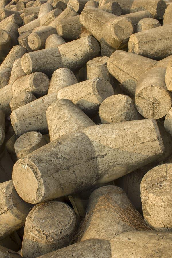 Montón de tetrapods concretos grises, barrera del tsunami fotos de archivo