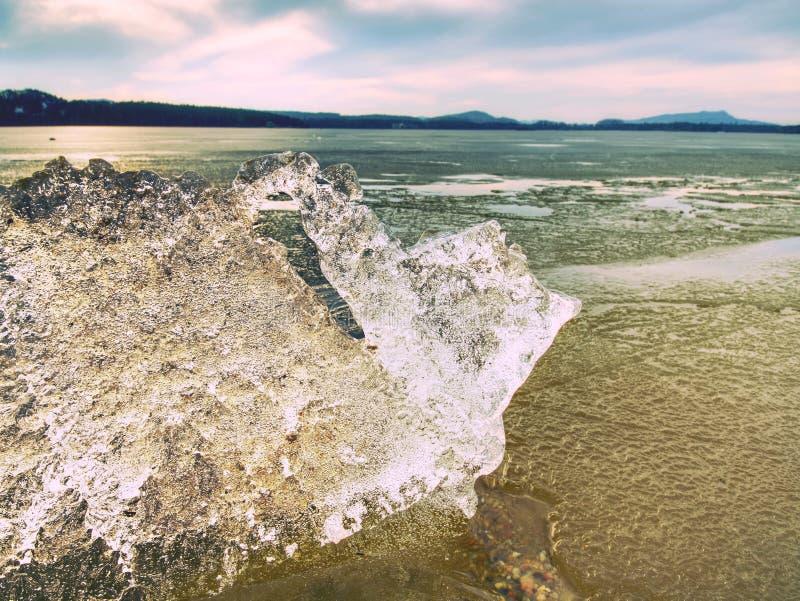 Montón del hielo brillante en la playa Hielo en la bahía sobrepuesta por el fuerte viento Playa fangosa fotos de archivo libres de regalías