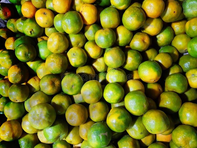 Montón del lebu amarillo verde maduro del mosambi del limón dulce para la venta en mercado de la fruta imagenes de archivo