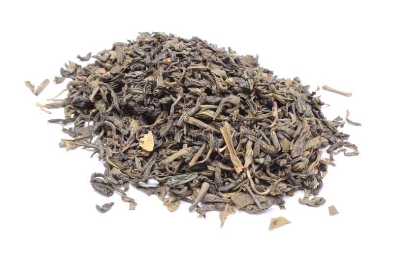 Montón del té verde secado en el fondo blanco imagen de archivo libre de regalías