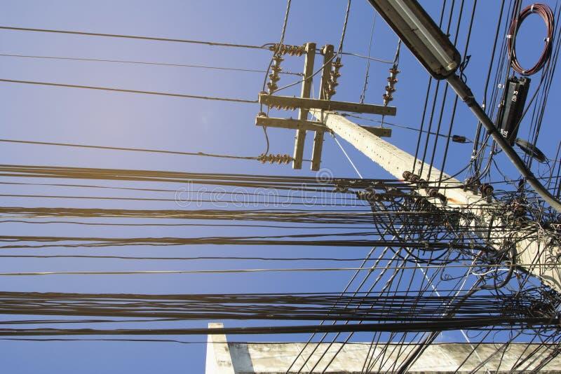 Montón desorganizado de polos eléctricos a lo largo del camino imagen de archivo libre de regalías