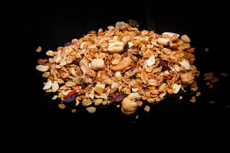 Montón dispersado grande del granola con las nueces clasificadas y el cacao secado fotografía de archivo