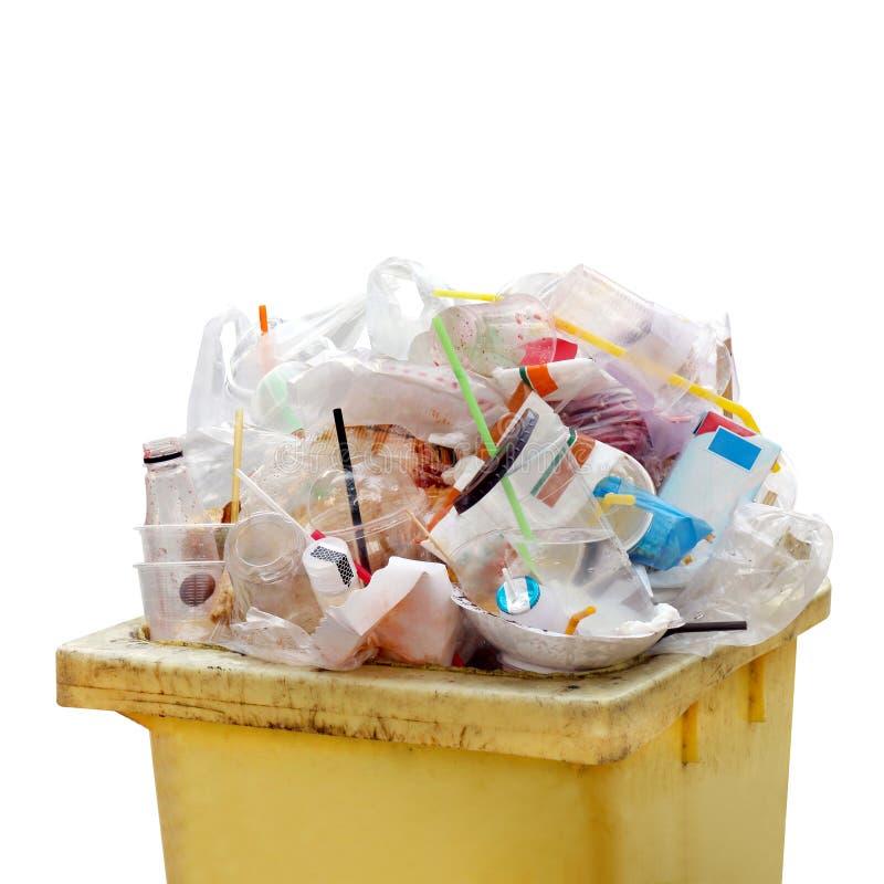 Montón inútil, basura inútil de la basura plástica por completo del amarillo del cubo de la basura, porciones inútiles de la bols imágenes de archivo libres de regalías