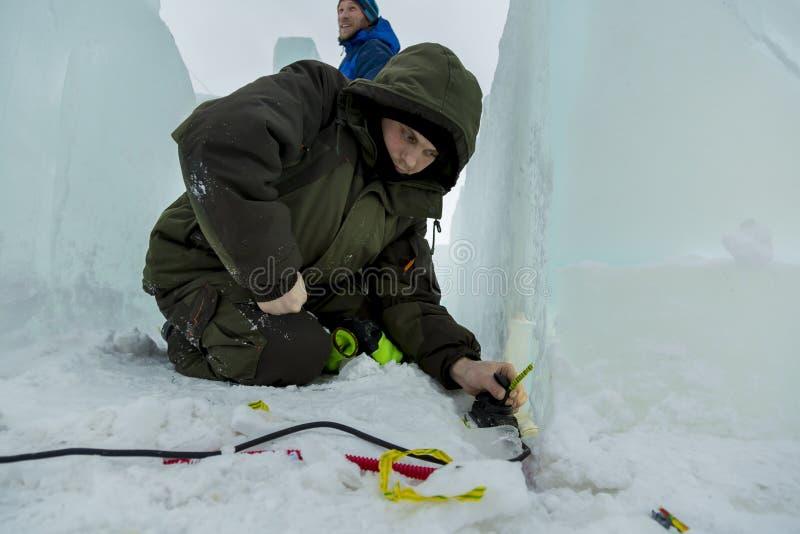 Montören kontrollerar hälsan av den LEDDE kabeln royaltyfria bilder