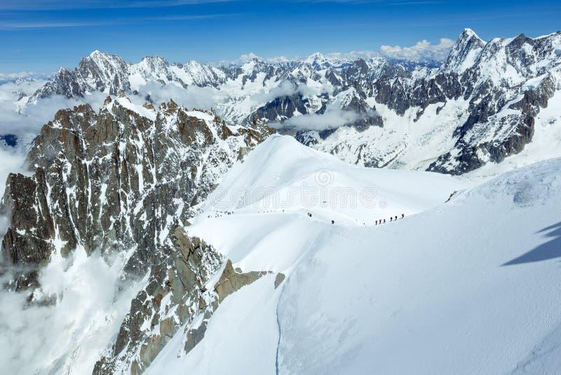 Mont Blanc bergmassiv och alpinistsgrupper royaltyfri foto