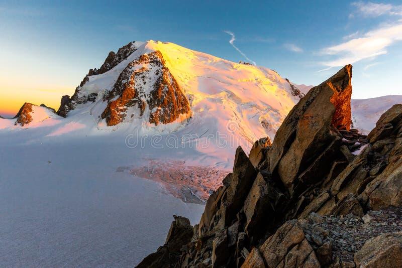 Mont Blanc Du Tacul zmierzchu wieczór halnego szczytu widok obraz stock