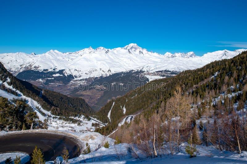 Mont Blanc em Saboia, França, a montanha a mais alta nos cumes e no oeste de Europa imagem de stock