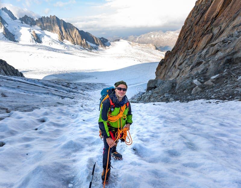 Mont Blanc för bergsbestigareklättringglaciär berg, Frankrike fjällängar royaltyfria foton
