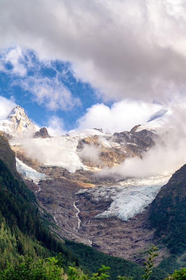 Mont Blanc massif, Frankreich Berge und Gletscher in den Wolken stockfotos