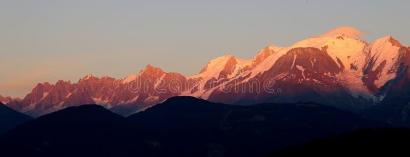 Mont Blanc massiv på solnedgången arkivbild