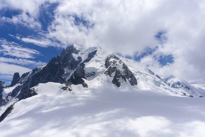 Mont Blanc massiv under molnen alpin royaltyfria bilder