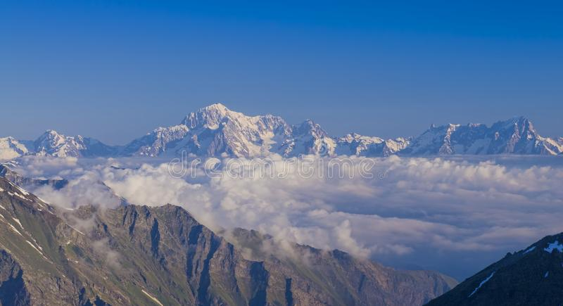 Mont Blanc masywu widok od Aosta doliny fotografia royalty free