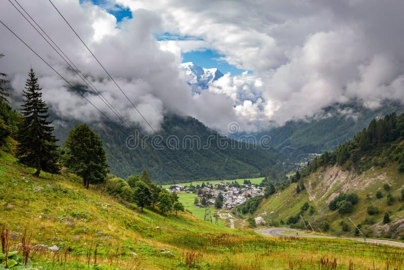 Mont Blanc-mening over het dorp Chamonix, Frankrijk van Le Tour royalty-vrije stock afbeeldingen