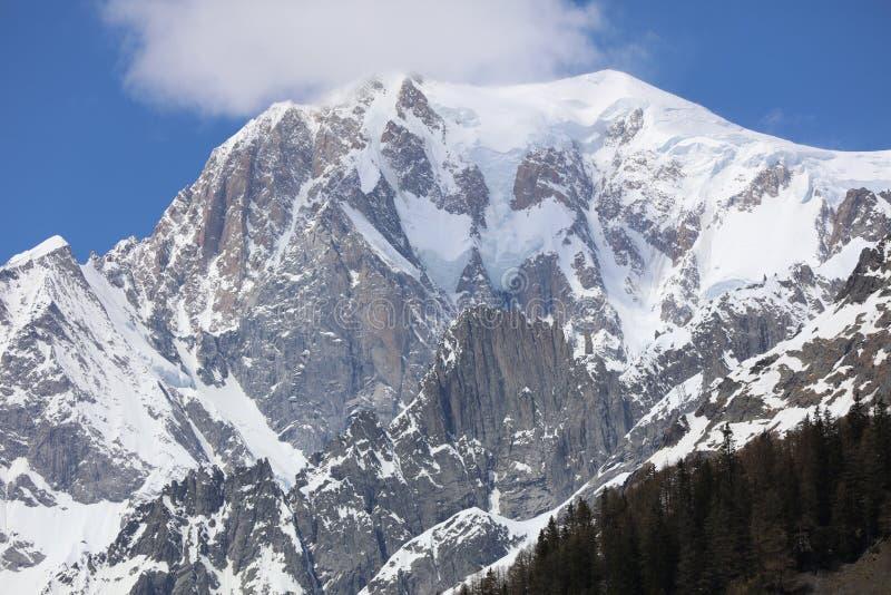 Mont Blanc Summit con las nubes de Courmayeur Italia fotos de archivo