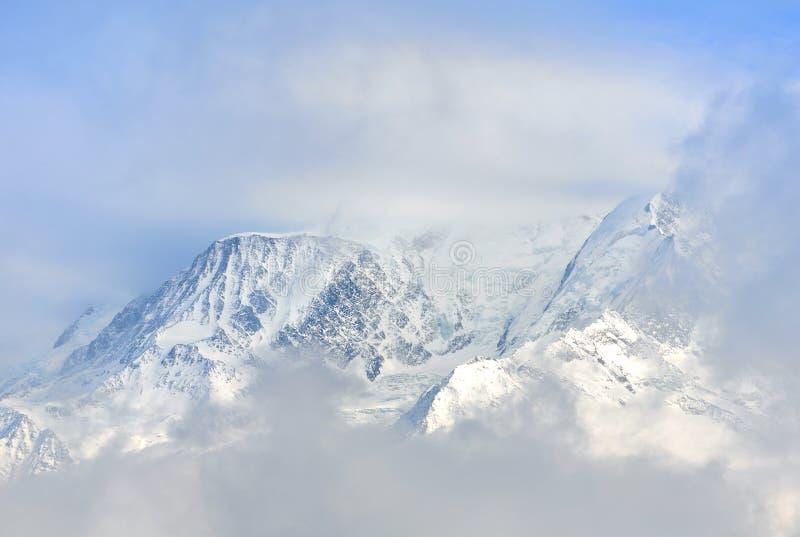 Mont Blanc in tutto le nuvole fotografie stock