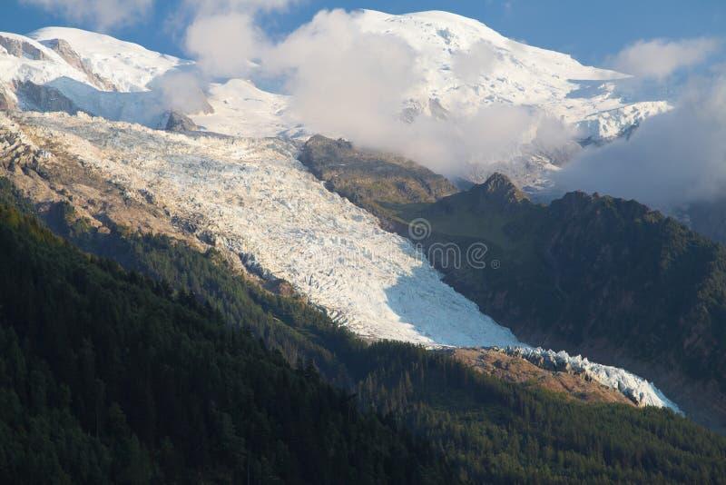 Mont Blanc und Bossons-Gletscher lizenzfreies stockbild