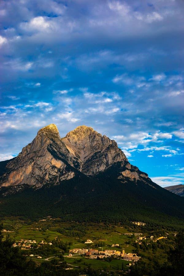 Mont de Pedraforca en día nublado con colores del alto contraste imagenes de archivo