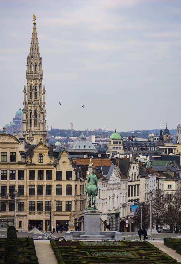 Mont des Arts Park en Stadhuistoren op de achtergrond in Brussel, België royalty-vrije stock fotografie