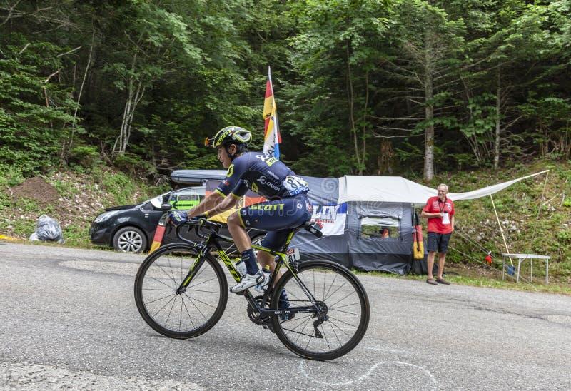 Mont Du Gawędzący Francja, Lipiec, - 9, 2017: Kolumbijscy cykliści Esteban Chaves wspina się drogę na Mont Du Gawędzący Drużynowy zdjęcie royalty free