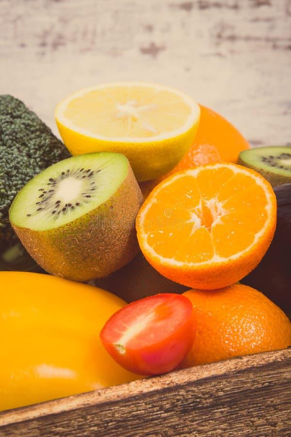 Mont?n de frutas maduras con las verduras en caja r?stica Comida nutritiva que contiene los minerales y las vitaminas sanos Foto  fotos de archivo