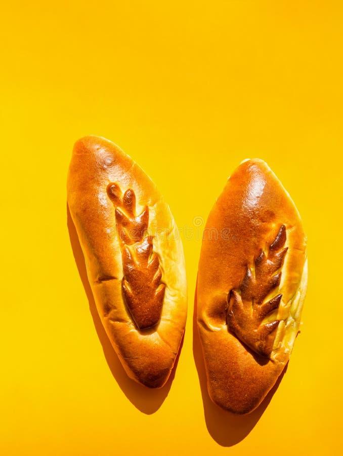 Mont?n de las hamburguesas riqu?simas deliciosas hechas en casa de la carne de tierra en la placa rayada en la tabla de madera cu imagen de archivo