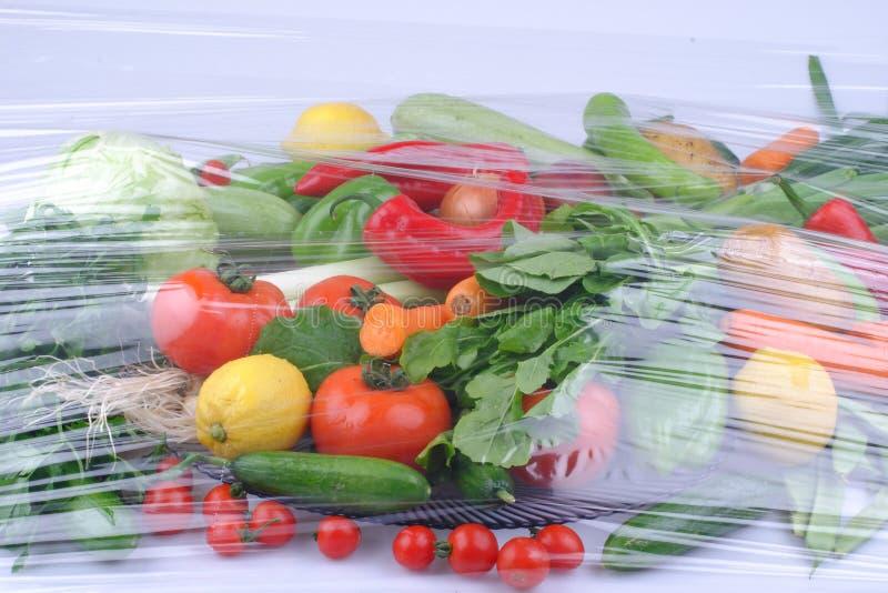 Mont?o de frutas e legumes frescas perto acima imagem de stock