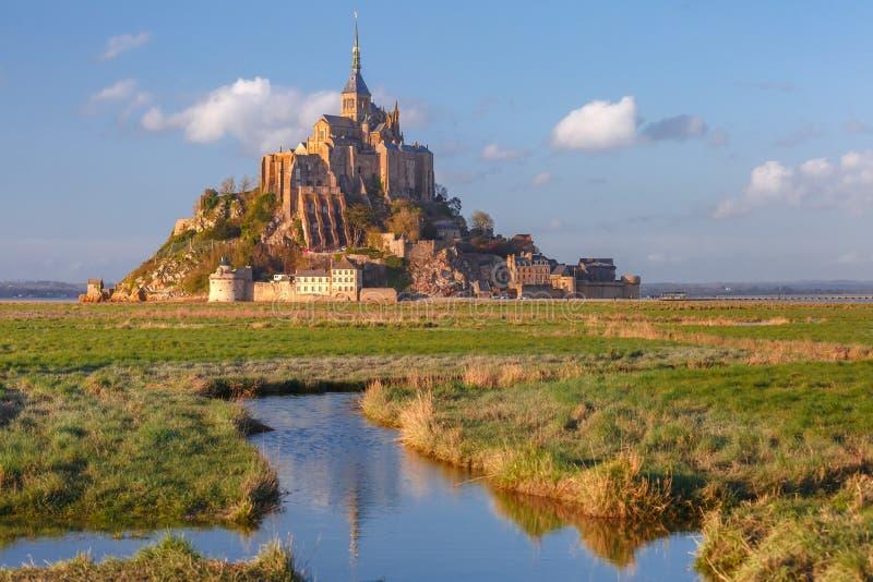 Mont Saint Michel al tramonto, Normandia, Francia fotografie stock