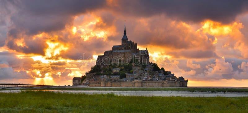 Mont Saint Michel al tramonto, Normandia, Francia fotografia stock libera da diritti