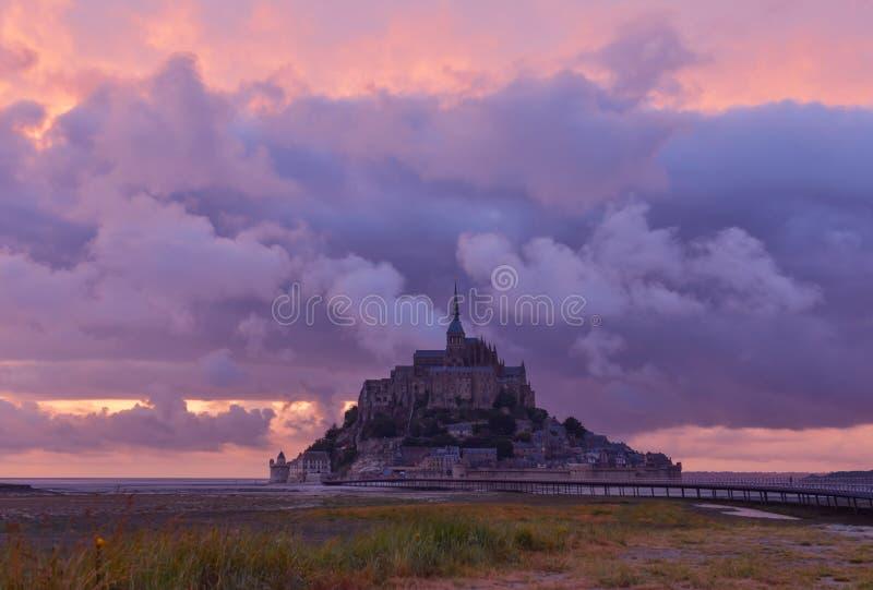 Mont Saint Michel al tramonto, Normandia, Francia immagine stock