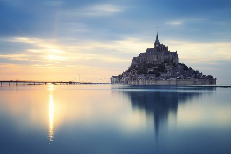 Mont-Saint-Michel au coucher du soleil images libres de droits