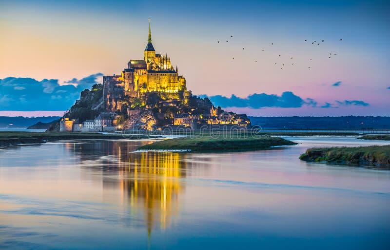 Mont Saint-Michel au crépuscule au crépuscule, Normandie, France photos stock