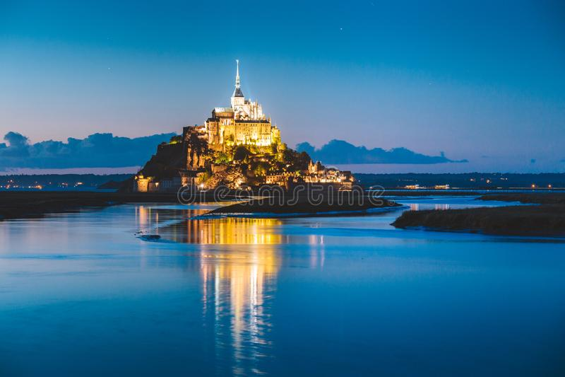 Mont Saint-Michel au crépuscule, Normandie, France image stock