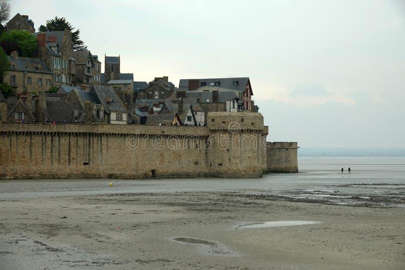 Mont Saint Michel a bassa marea in Francia fotografie stock libere da diritti