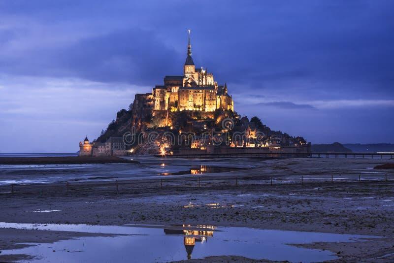 Mont Saint Michel dans les Frances au crépuscule photo stock
