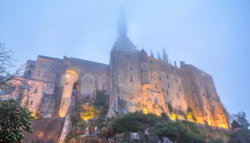 Mont Saint Michel dans une soirée brumeuse, Normandie, France photo stock