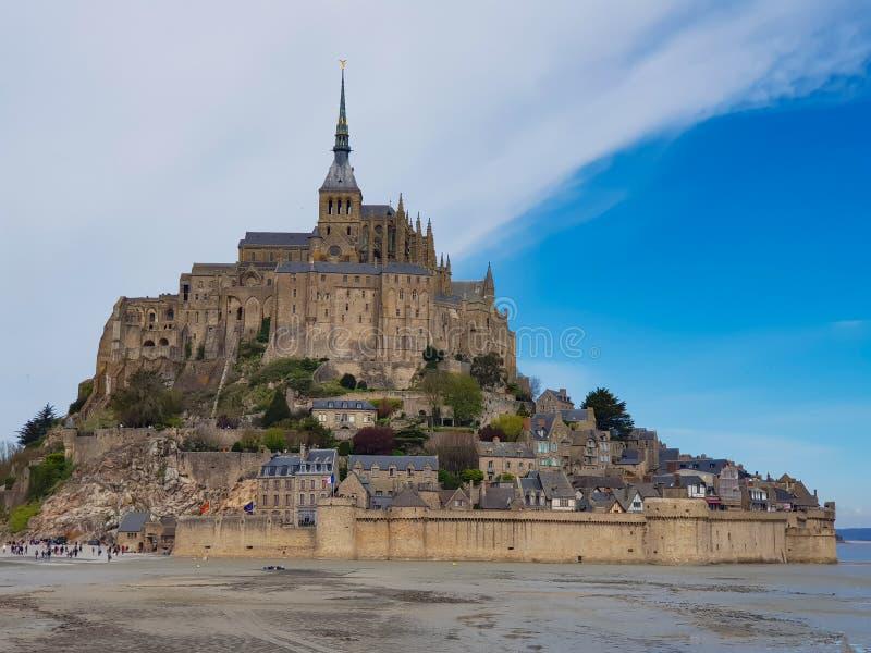 Mont Saint-Michel de la France Les voyageurs veulent le voir une fois photo libre de droits