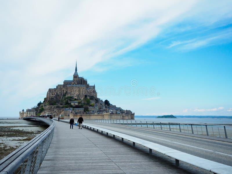 Mont Saint-Michel de la France Les voyageurs veulent le voir une fois photographie stock