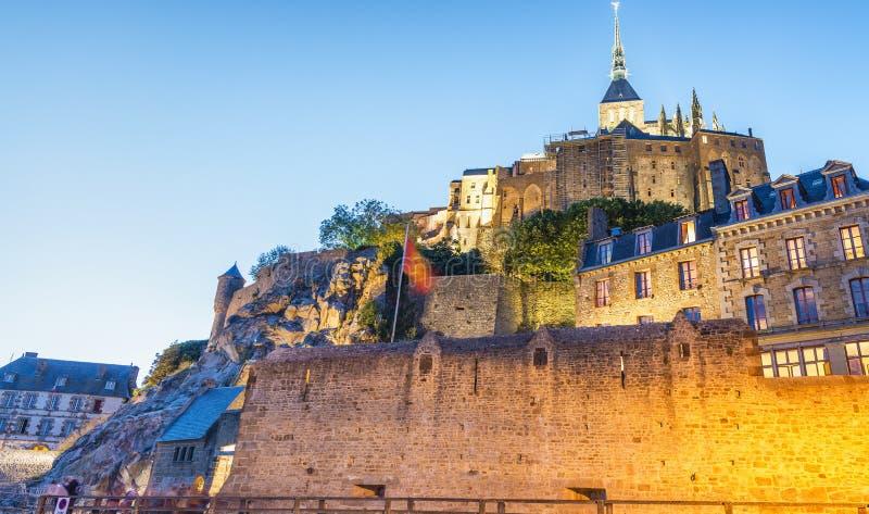 Mont Saint Michel en la noche, Francia fotos de archivo libres de regalías