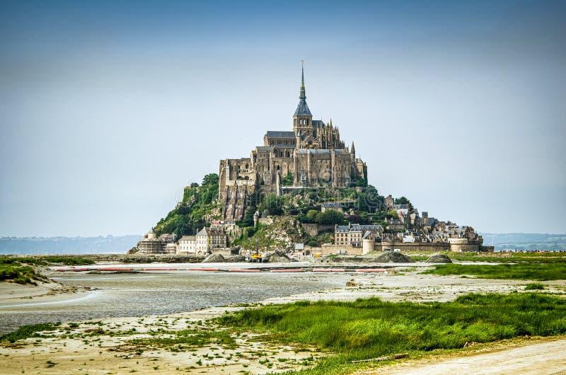 Mont Saint Michel, France - 28 juin 2012 Cathédrale historique célèbre à marée basse images stock