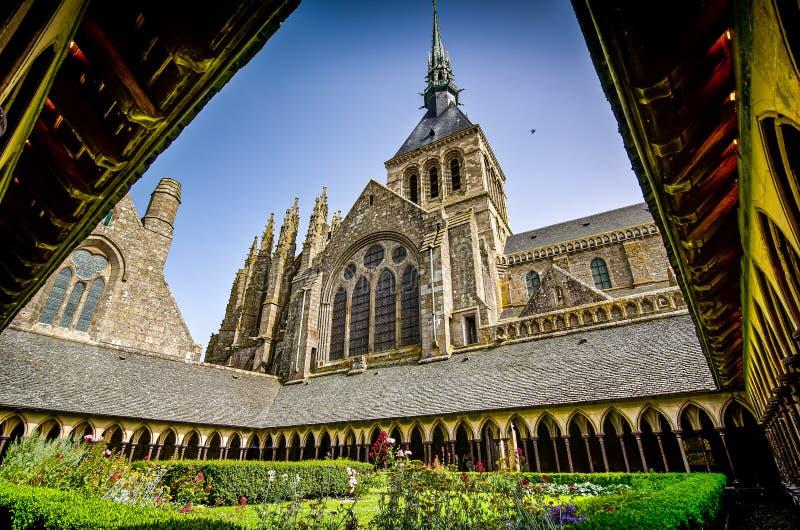 Mont Saint Michel, France - 28 juin 2012 Jardin dans la cathédrale historique célèbre photos libres de droits