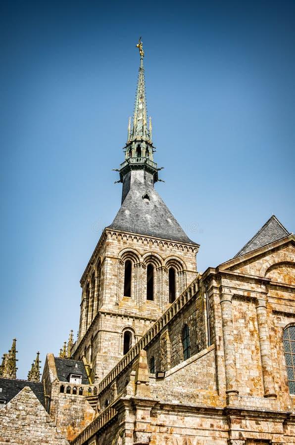 Mont Saint Michel, France - 28 juin 2012 Tour de cathédrale historique célèbre photo stock