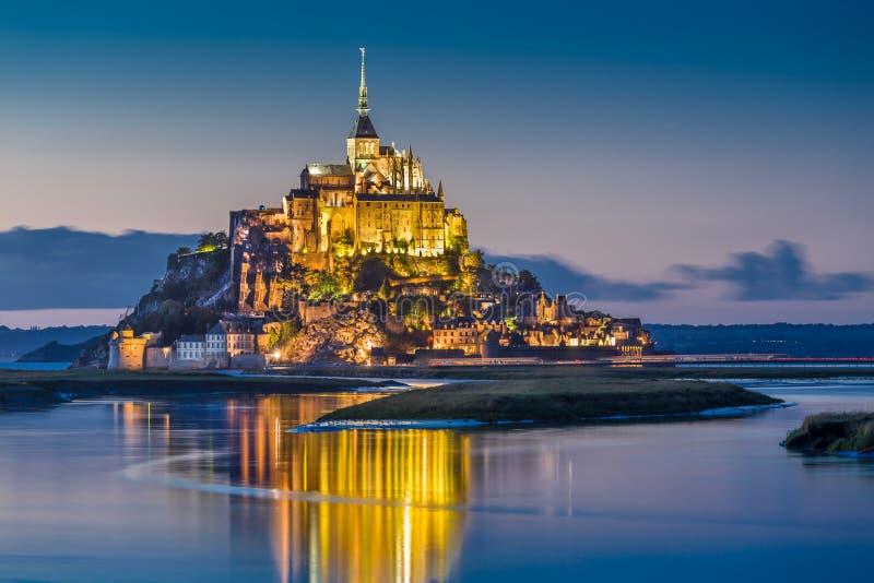 Mont Saint-Michel i skymning på skymning, Normandie, Frankrike arkivbild