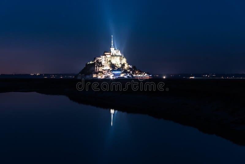 Mont Saint Michel nachts lizenzfreies stockbild