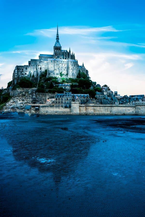 Mont saint michel opactwo z wodnym odbicie dnia czasem obrazy stock