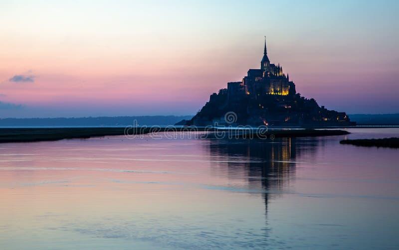 Mont Saint Michel på skymning, Frankrike arkivbild