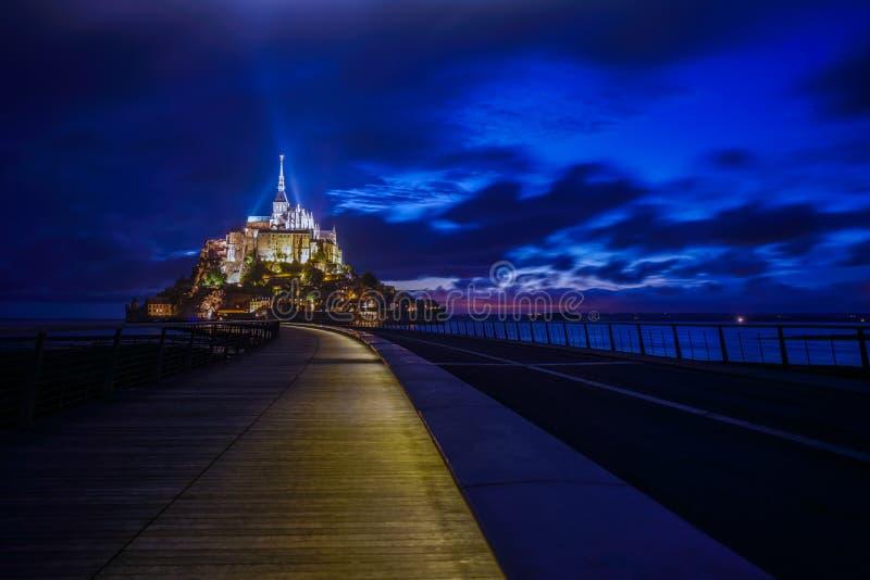 Mont saint michel przy nocą z światłem na ścieżce opactwo zdjęcia royalty free
