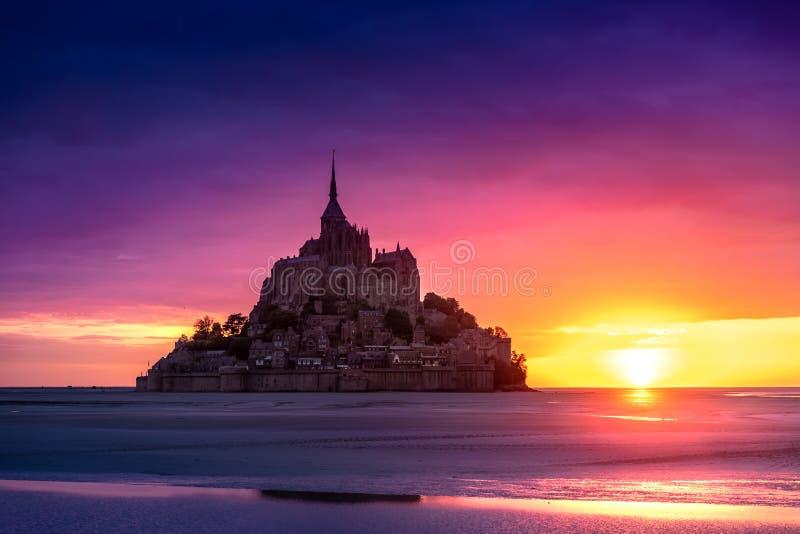 Mont Saint-Michel sikt i solnedg?ngljuset france normandy arkivfoto