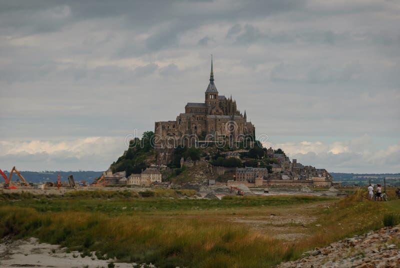 Mont Saint Michel sin el acceso actual francia imagen de archivo