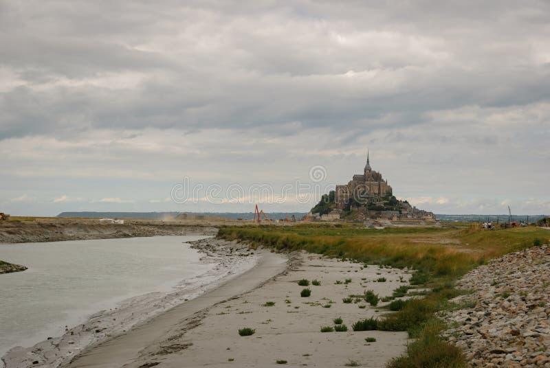 Mont Saint Michel sin el acceso actual francia imagenes de archivo