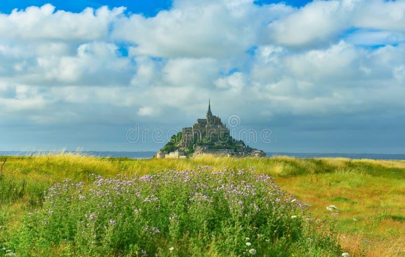 Mont Saint Michel in tempo soleggiato, Normandia, Francia fotografia stock
